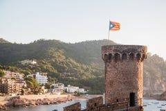Tour avec le drapeau de la Catalogne Costa Brava Tossa de mars Images libres de droits