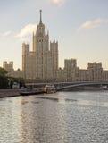 Tour ayant beaucoup d'étages de centre de la ville de Moscou sur le lever de soleil et yacht en Th Images stock