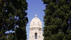 Tour blanche de cathédrale entre les arbres banque de vidéos