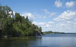 Tour blanche sur une roche parmi des arbres Photographie stock libre de droits