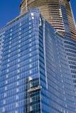 Tour bleue en verre et de construction image libre de droits