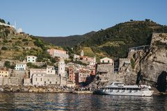 Tour boat approaching Vernazza, Cinque Terre, Italy stock photography