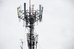 Tour cellulaire de télécommunication sur le toit de bâtiment Images libres de droits