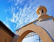 Tour décorative et un ciel nuageux bleu Images libres de droits