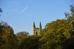 Tour d'église anglaise poussant par derrière les arbres photo stock
