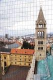 Tour d'église au-dessus de la ville images stock