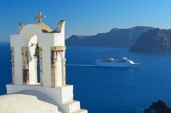 Tour d'église d'Oia et bateau de croisière, Santorini, Cyclades, Grèce Photographie stock libre de droits