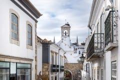 Tour d'église dans le secteur historique de Faro, Portugal Photos stock