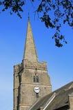 Tour d'église de village avec la flèche et l'horloge. Images stock