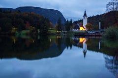 Tour d'église et pont de pierre au lac Bohinj Photographie stock libre de droits