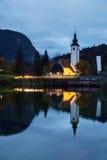 Tour d'église et pont de pierre au lac Bohinj Photo stock