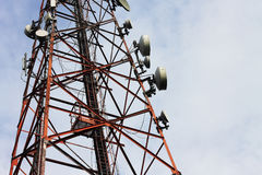 Tour d'émetteur de signal de téléphone Images stock