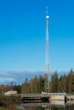Tour d'émetteur par un barrage Images stock