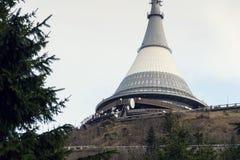 Tour d'émetteurs de télécommunication sur Jested, Liberec Photographie stock