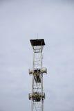 Tour d'émission de haut-parleurs sur le fond de ciel Photographie stock