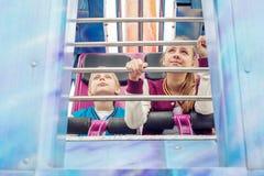 Tour d'ados sur le carrousel Image libre de droits