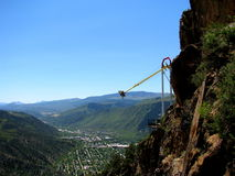 Tour d'amusement au-dessus de vallée de montagne images stock
