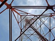 Tour d'antenne avec le ciel Images libres de droits