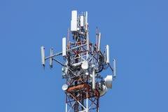 Tour d'antenne, bâtiment de tour d'antenne avec le ciel bleu Plan rapproché du bâtiment d'antenne avec le fond de ciel Images libres de droits