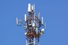 Tour d'antenne, bâtiment de tour d'antenne avec le ciel bleu Plan rapproché du bâtiment d'antenne avec le fond de ciel Image stock