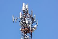 Tour d'antenne, bâtiment de tour d'antenne avec le ciel bleu Plan rapproché du bâtiment d'antenne avec le fond de ciel Photo stock