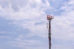 Tour d'antenne, bâtiment de tour d'antenne avec le ciel bleu Photographie stock libre de droits
