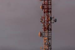 Tour d'antenne, bâtiment de tour d'antenne avec le ciel bleu Image stock