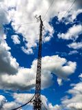 Tour d'antenne contre le ciel photo stock