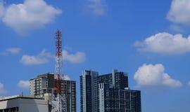 Tour d'antenne dans la ville images stock