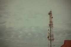 Tour d'antenne de communication de téléphone portable avec le ciel bleu et le c Photographie stock libre de droits