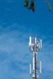 Tour d'antenne de communication de téléphone portable avec le ciel bleu et le c Images stock