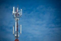Tour d'antenne de communication de téléphone portable avec le ciel bleu et le c Photos stock