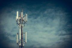 Tour d'antenne de communication de téléphone portable avec le ciel bleu et le c Image libre de droits