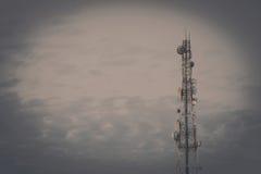 Tour d'antenne de communication de téléphone portable avec le ciel bleu et le c Photo stock