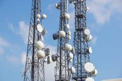 Tour d'antenne de communication de téléphone portable avec l'antenne parabolique sur le fond de ciel bleu, tour de télécommunicat photographie stock