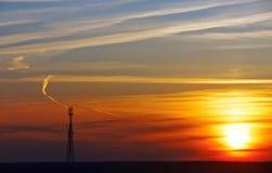 Tour d'antenne de téléphone portable sur le coucher du soleil photo libre de droits