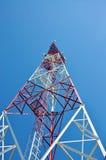 Tour d'antenne par radio cellulaire de télécommunication de téléphone portable Tour de téléphone portable contre le ciel bleu Photographie stock