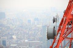Tour d'antenne parabolique images stock