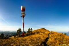 Tour d'antenne sur la montagne de Jata images stock