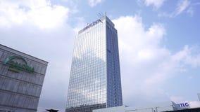 Tour d'auberge de parc de Galeria sur Alexanderplatz Berlin Clouds Sky Cityscape Background banque de vidéos