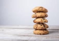 Tour d'or de biscuit avec des morceaux de chocolat sur le fond en bois images libres de droits