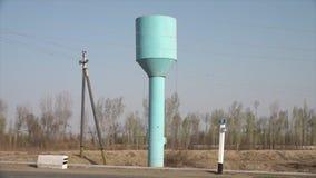 Tour d'eau bleu-clair et poteaux de service banque de vidéos