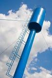Tour d'eau sur le fond de ciel bleu et nuageux Photo stock