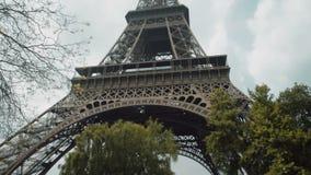 tour d'Eiffel l'Europe France Paris La vue de l'icône célèbre de voyage et de tourisme à la journée en été jaillissent avec le bl banque de vidéos