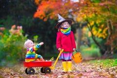 Tour d'enfants ou traitement chez Halloween Images stock