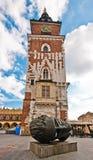 Tour d'hôtel de ville sur le grand dos de ville principal de Cracovie Images libres de droits
