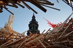 Tour d'hôtel de ville de Mons et installation d'art images stock