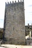 Tour d'hommage en état parfait du château du Roi Afonso Henriques, construit au 11ème siècle à Guimaraes Photographie stock libre de droits