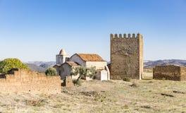 Tour d'hommage et l'église à l'intérieur du château de Noudar, Barrancos, Portugal image libre de droits