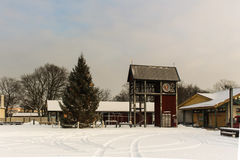 Tour d'horloge avec l'arbre d'hiver de Noël dans Ventspils photographie stock libre de droits